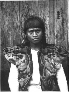 A Taiwanese tribesman wearing a leopard pelt, photographed circa 1900 by anthropologist Torii Ryūzō. Public domain.